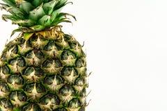 Ananas op witte achtergrond wordt geïsoleerd die De zomerfruit Stock Afbeelding