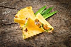 Ananas organico Fette della frutta su fondo di legno immagini stock