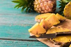 Ananas på den wood texturbakgrunden Royaltyfria Foton