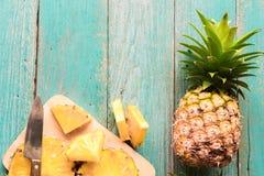Ananas på den wood texturbakgrunden Royaltyfri Foto