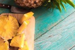 Ananas på den wood texturbakgrunden Royaltyfria Bilder