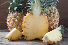 Ananas på träbakgrund Royaltyfria Bilder