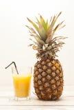 Ananas på träbräde Arkivfoto