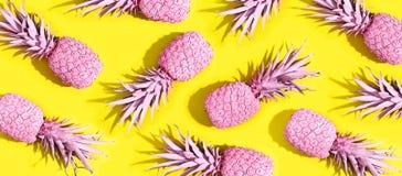 Ananas peints par rose photographie stock