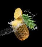 ananas plaskat vatten Royaltyfri Foto