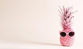 Ananas rose peint avec des lunettes de soleil Photo libre de droits