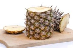 Ananas schnitt auf die Oberseite und auf die Unterseite Stockbilder