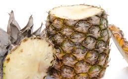 Ananas schnitt auf die Oberseite und auf die Unterseite Stockfotos