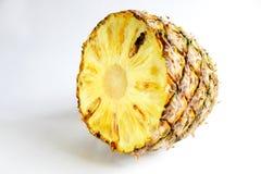 Ananas schnitt Nahaufnahmefotoisolat auf weißem Hintergrund Stockfotografie