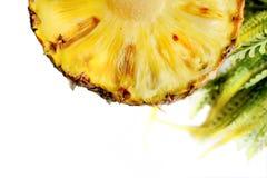 Ananas schnitt Nahaufnahmefotoisolat auf weißem Hintergrund Stockbild