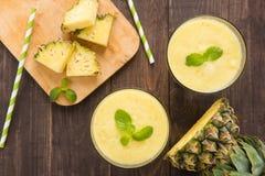 Ananas smoothie met verse ananas op houten lijst Royalty-vrije Stock Foto