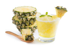 Ananas smoothie met verse ananas op witte achtergrond, Cli Royalty-vrije Stock Foto