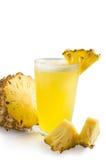 Ananas smoothie met verse die ananas op witte backgr wordt geïsoleerd Stock Afbeeldingen