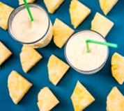 Ananas smoothie met verse ananas op houten blauwe lijst Stock Foto