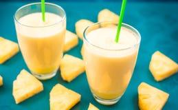 Ananas smoothie met verse ananas op houten blauwe lijst Royalty-vrije Stock Afbeeldingen