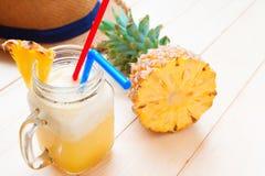 Ananas smoothie met verse ananas op houten lijst Royalty-vrije Stock Afbeeldingen