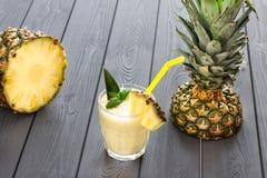 Ananas Smoothie mit Minze und einem Stück von Ananas, dunkler Hintergrund Lizenzfreie Stockfotografie