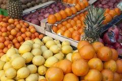 Ananas som ser dig som är till salu Royaltyfria Foton