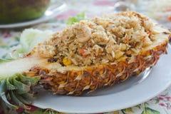 Ananas stekte ris, en traditionell maträtt av thailändskt, vietnames och Royaltyfri Fotografi