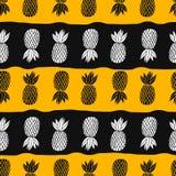 Ananas sui precedenti bianchi Frutta tropicale del modello senza cuciture di vettore Arancio e nero con le bande Illustrazione di Stock