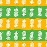 Ananas sui precedenti bianchi Frutta tropicale del modello senza cuciture di vettore Arancio e verde con le bande Fotografie Stock