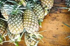 Ananas sulla tavola, così dolce Gruppo di frutta degli oggetti Immagini Stock