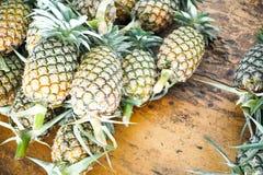 Ananas sulla tavola, così dolce Gruppo di frutta degli oggetti Immagine Stock
