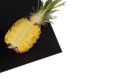 Ananas sullo strato nero isolato su bianco immagine stock libera da diritti