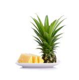 Ananas sur le plat blanc d'isolement sur le fond blanc Images libres de droits