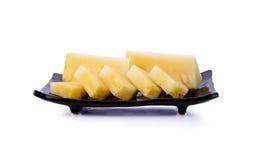 Ananas sur le plat noir d'isolement sur le fond blanc Photographie stock libre de droits