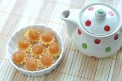 Ananas-Törtchen und ein Topf Tee Stockfoto