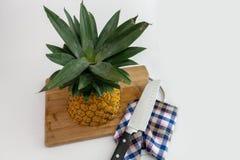 Ananas tagliato con le fette ed il coltello fotografie stock libere da diritti