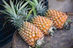 Ananas trois dans le panier en osier dans Moc Chau Photos libres de droits