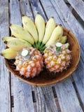 Ananas und Banane im Korb Stockfoto