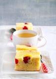 Ananas- und Kirschkuchen, geschnitten Lizenzfreie Stockfotos