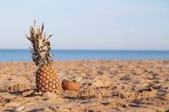 Ananas- und Kokosnusscocktail auf dem Strand-Ozean Lizenzfreie Stockfotos