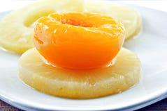 Ananas und Pfirsich Lizenzfreie Stockbilder