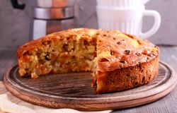 Ananas und Sultanine-Kuchen, geschnitten Lizenzfreie Stockbilder