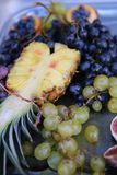Ananas und Trauben Stockbild
