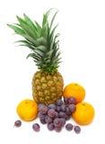 Ananas, uva scura e mandarini isolati su un backg bianco Fotografia Stock Libera da Diritti