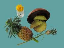 Ananas, verse ananas en gesneden in een houten dienblad op munt Stock Foto