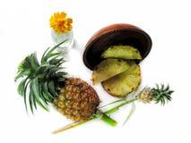 Ananas, verse ananas en gesneden in een houten dienblad op wit Stock Foto