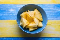 Ananas?w kawa?ki na kolorowym tle zdjęcie royalty free