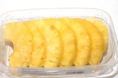 Ananas w niecki ci?ciu w plasterki obrazy stock
