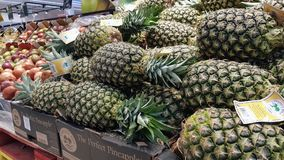 Ananas w supermarkecie zdjęcia royalty free