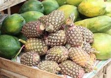 Ananas w Tradycyjnym Owocowym rynku Obrazy Royalty Free