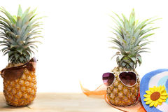 ananas z okularami przeciwsłonecznymi i kapelusz wyrzucać na brzeg na drewnie, pojęcia lata b zdjęcia stock