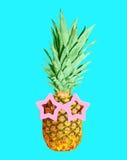 Ananas z okularami przeciwsłonecznymi na błękitnym tle, ananas Obrazy Stock