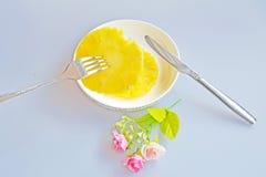 Ananas z rozwidleniem i nożem Obrazy Stock