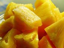 Ananasa cięcie w kawałki fotografia royalty free